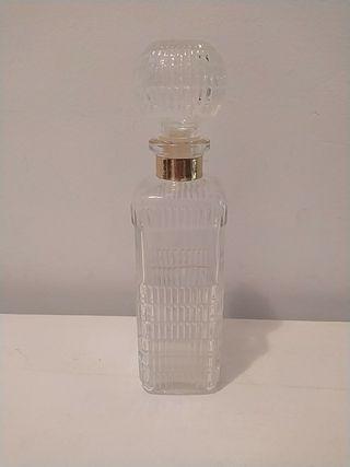 antigua botella de whisky de cristal en perfecto