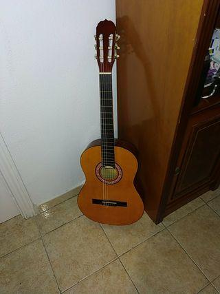 Guitarra clásica ASHLEY (sin funda y desafinada)