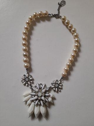 collar blanco de perlas y piedras