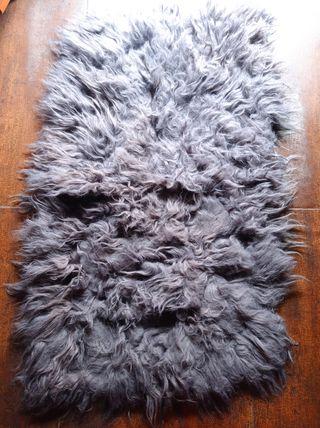 alfombra gris de pelo largo