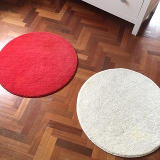 Alfombra redonda roja mas regalo blanca