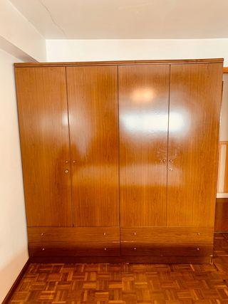 Armario de madera dormitorio