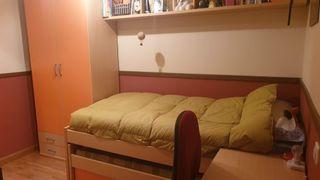 Habitación: 2 camas colchón, escritorio y armario