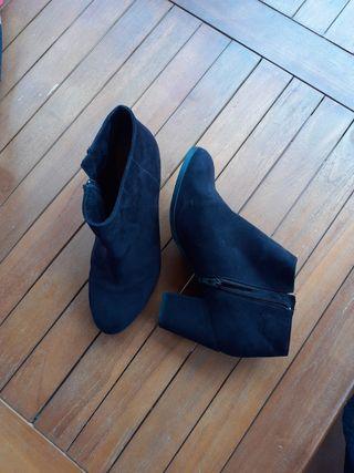 Zapato botin mujer, ante negro. Pull & Bear