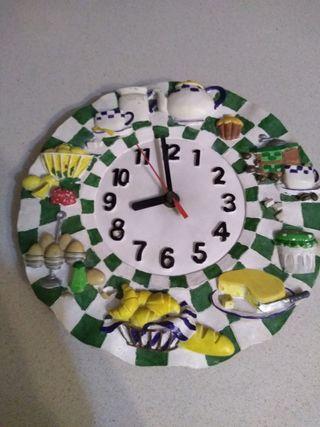 reloj,dos jarrones y botella cristal