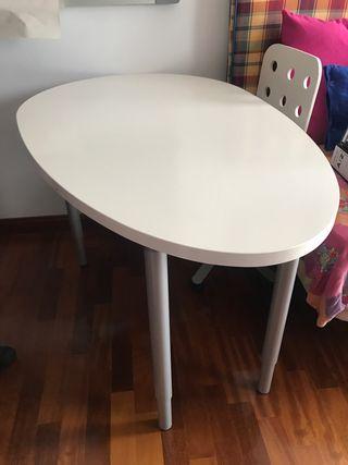 Mesa blanca y silla