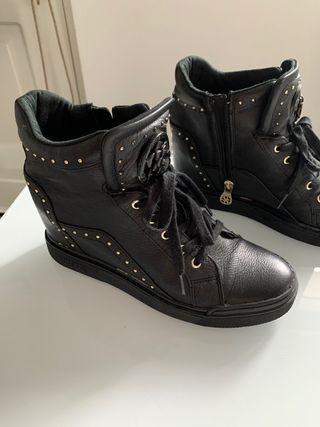 Botín, zapatilla alta negra Guess originales.
