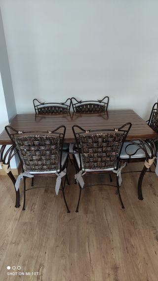 Mesa de comedor con 4 sillas y 2 sillones