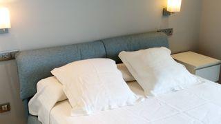 Colcha de algodón 150cm y fundas con almohadón.