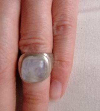Precioso anillo de plata y piedra luna.