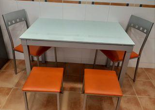 mesa dos sillas y dos tabureres
