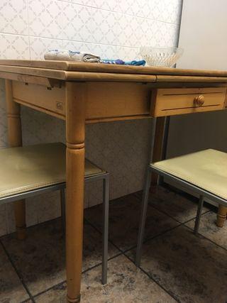 Mesa de cocina con sillas