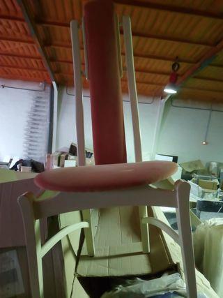 6 sillas madera blanca y tapiceria marrón.