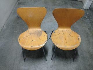 Sillas clásicas de madera laminada.