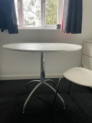 White Round dinning table x4