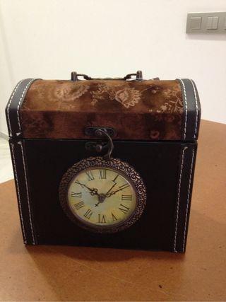 Caja con reloje